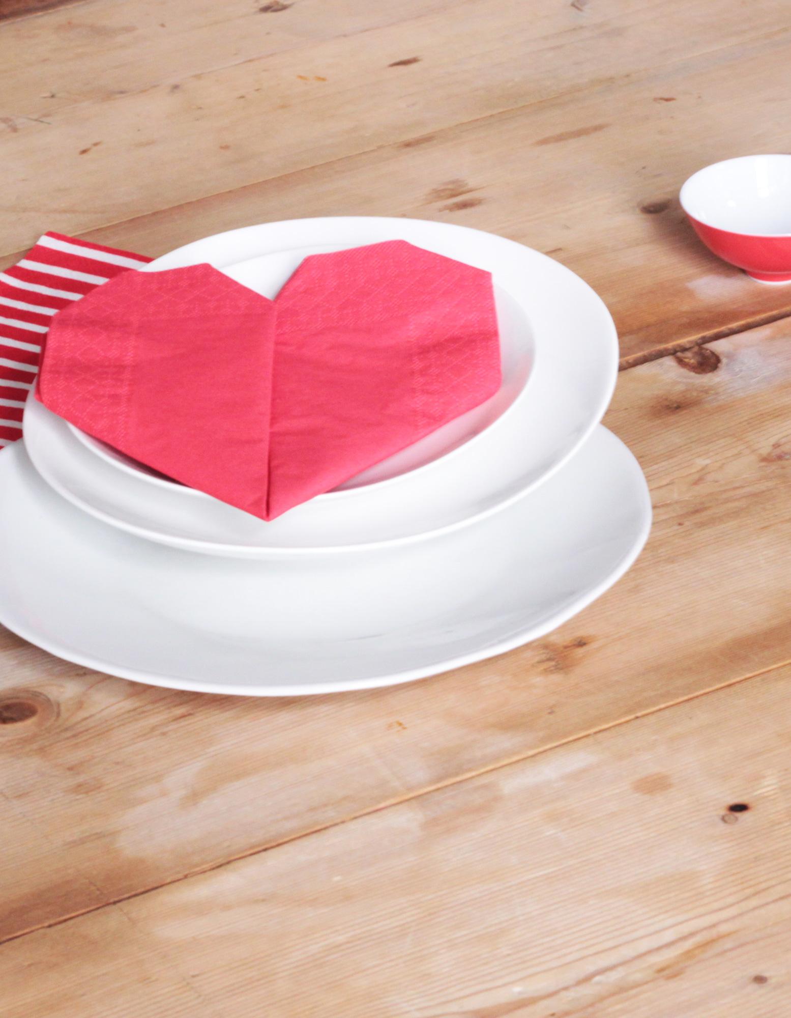 pliage serviette c ur comment faire un pliage de serviette en forme de c ur elle. Black Bedroom Furniture Sets. Home Design Ideas