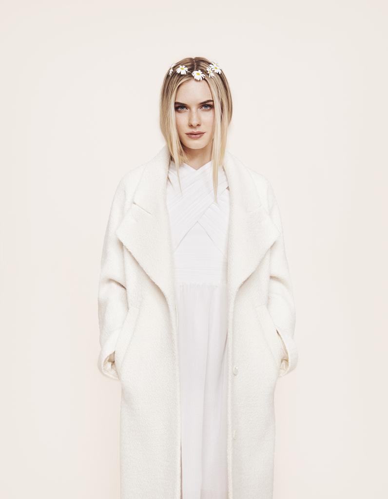 Robe de mari e et manteau blanc carven chez maria luisa - Manteau mariage hiver ...
