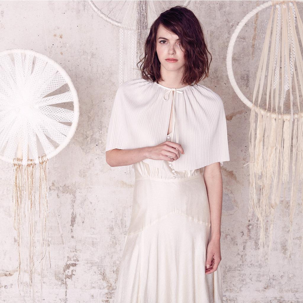 robe longue et cape bol ro sess n lance sa collection de robes de mari e prix doux elle. Black Bedroom Furniture Sets. Home Design Ideas