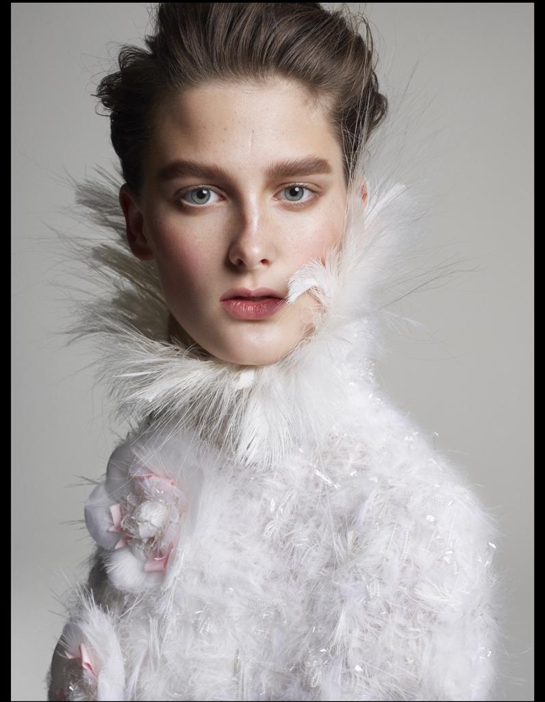 cape en plumes chanel haute couture vive la fashion mari e elle. Black Bedroom Furniture Sets. Home Design Ideas