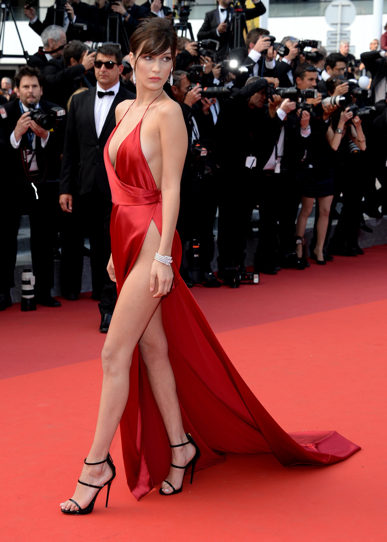 Bella Hadid sexy en robe rouge fendue
