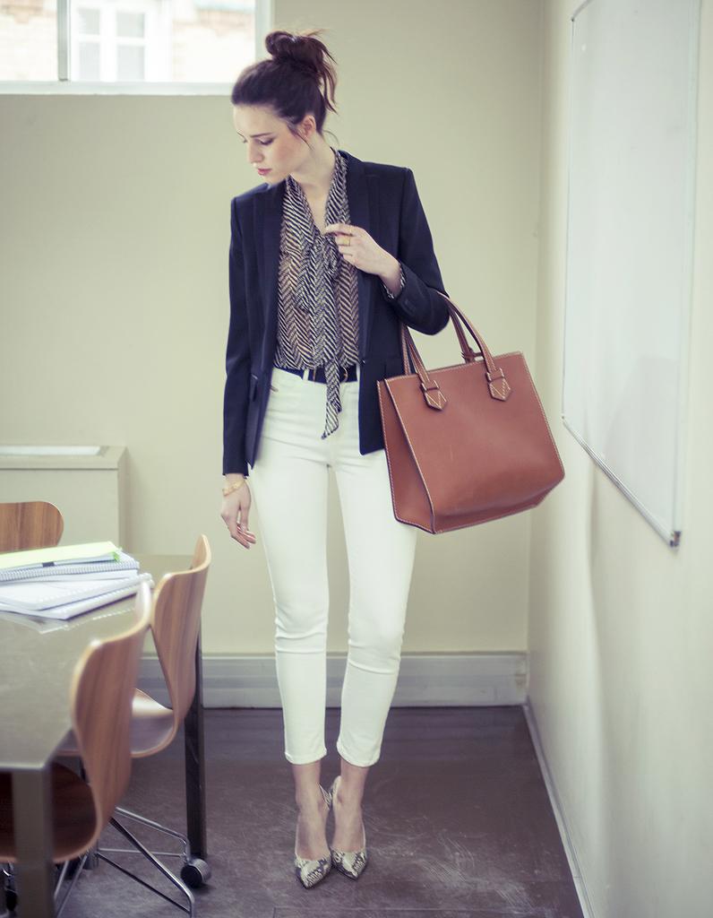 la pi ce en jean le pantalon blanc comment porter le jean au bureau elle. Black Bedroom Furniture Sets. Home Design Ideas
