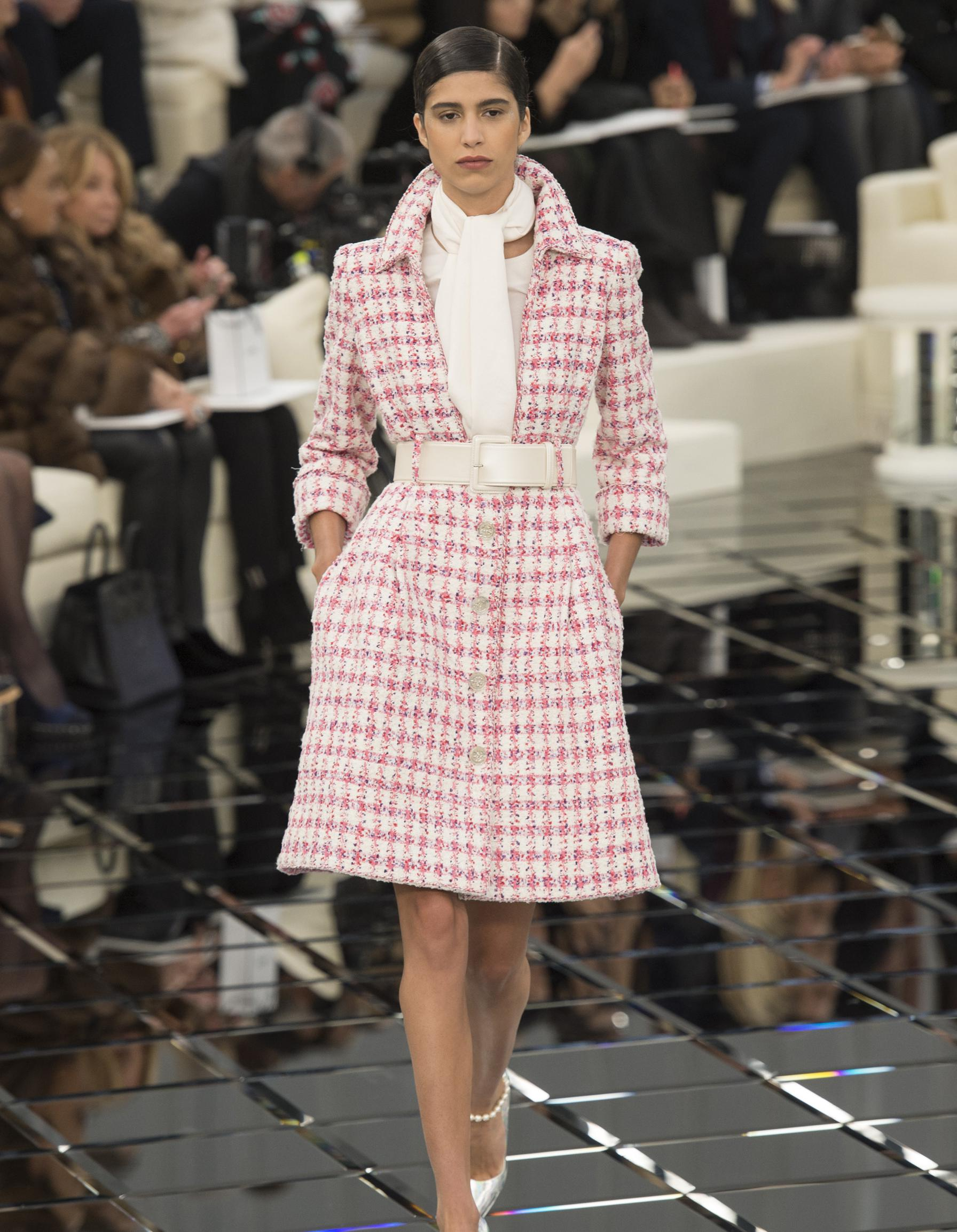 Défilé Chanel Haute Couture printemps-été 2017 - Paris - Elle: http://www.elle.fr/Mode/Les-defiles-de-mode/Chanel/Haute-Couture/printemps-ete-2017/Paris