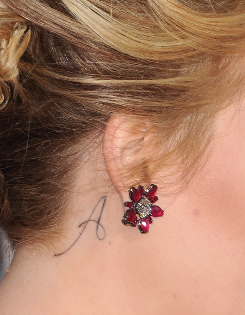 Tatouage plume derriere oreille galerie tatouage - Tatouage derriere oreille douleur ...