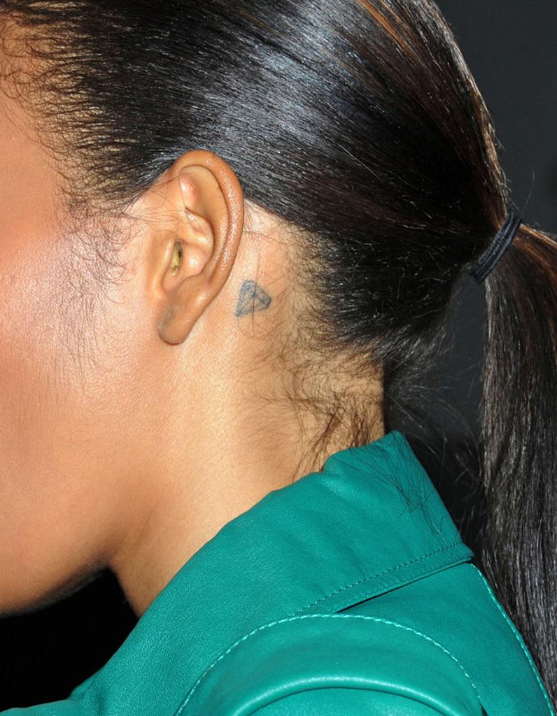 Tatouage Oreille Femme avec le tattoo diamant - le tatouage d'oreille : les stars l'ont toutes