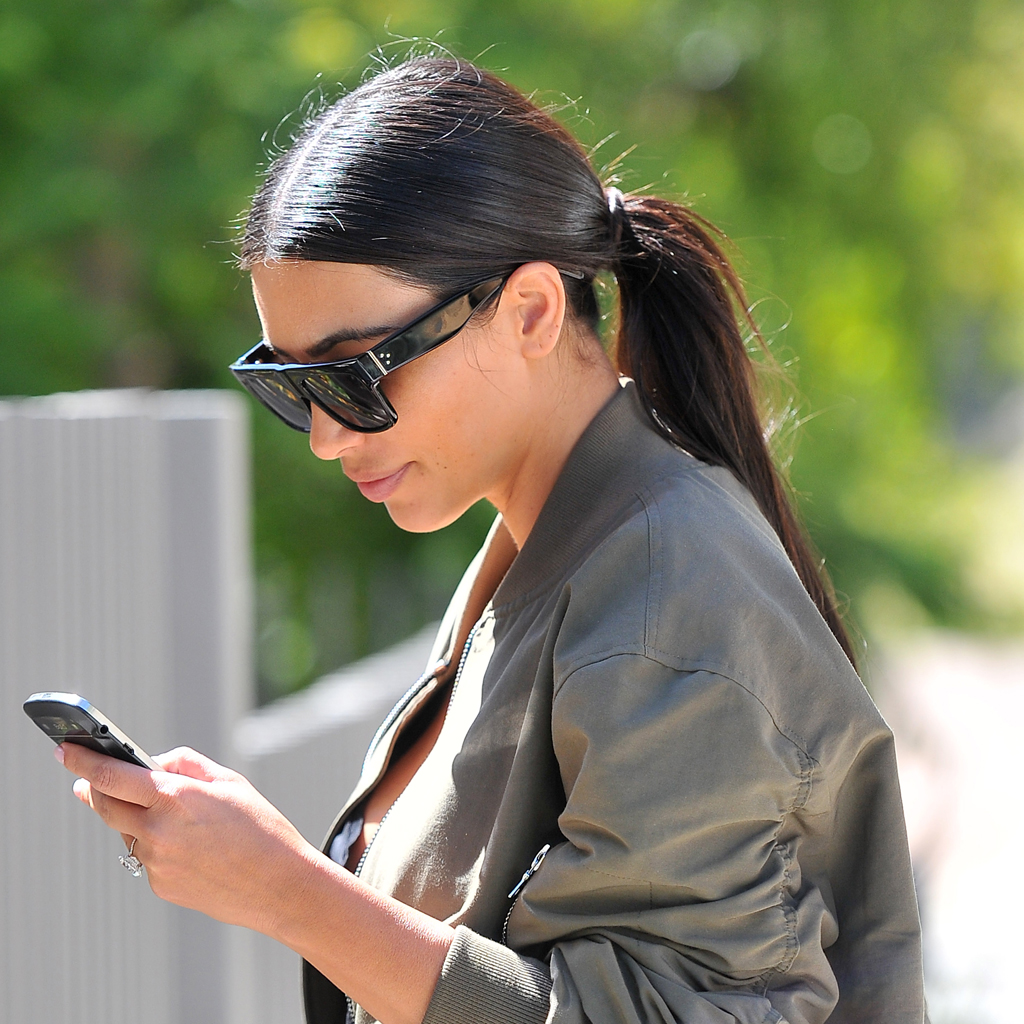 kim kardashian les lunettes de soleil des stars elle. Black Bedroom Furniture Sets. Home Design Ideas