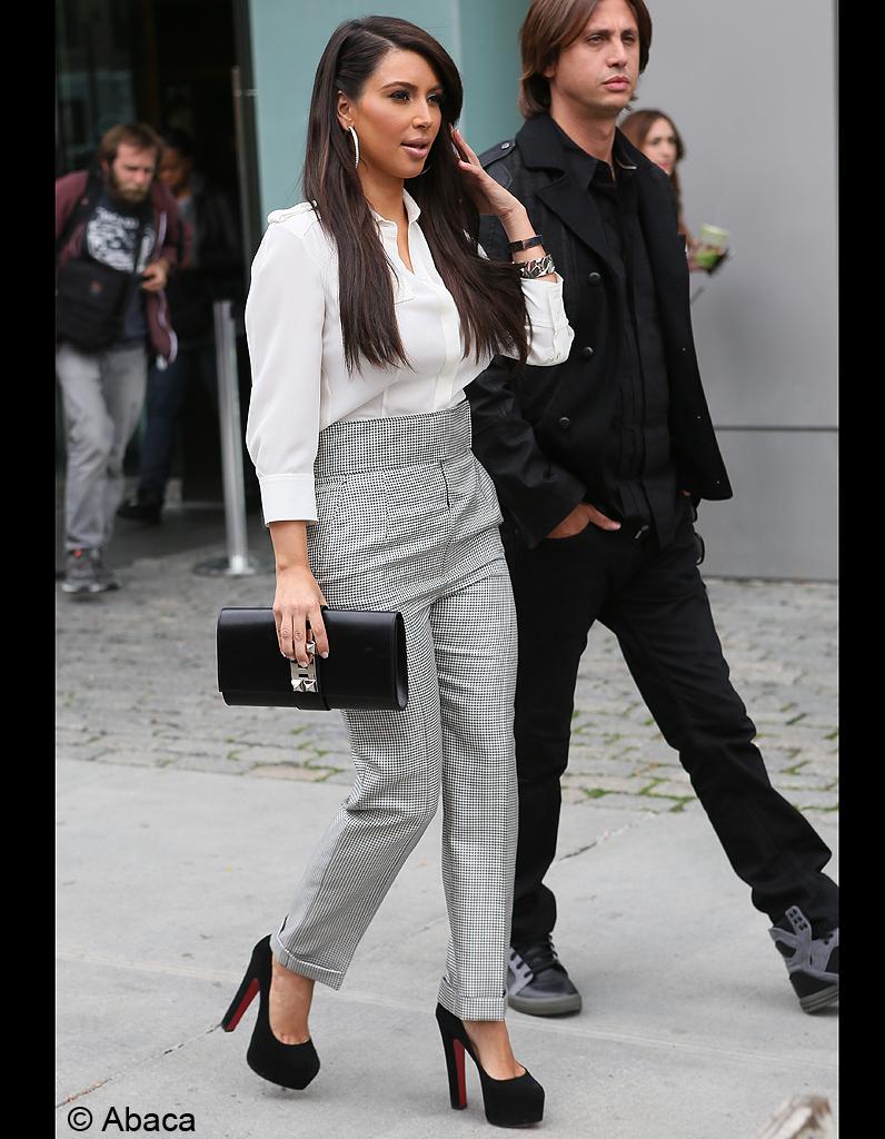 pantalon vichy taille haute et chemise blanche kim est tr s s rieuse kim kardashian de ses. Black Bedroom Furniture Sets. Home Design Ideas