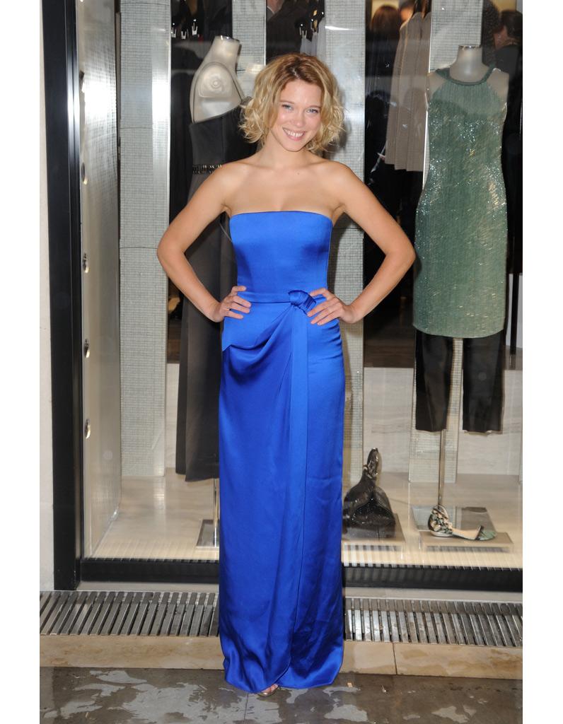 en robe de soie bleu l a seydoux son dressing d 39 ambassadrice de chic la fran aise elle. Black Bedroom Furniture Sets. Home Design Ideas