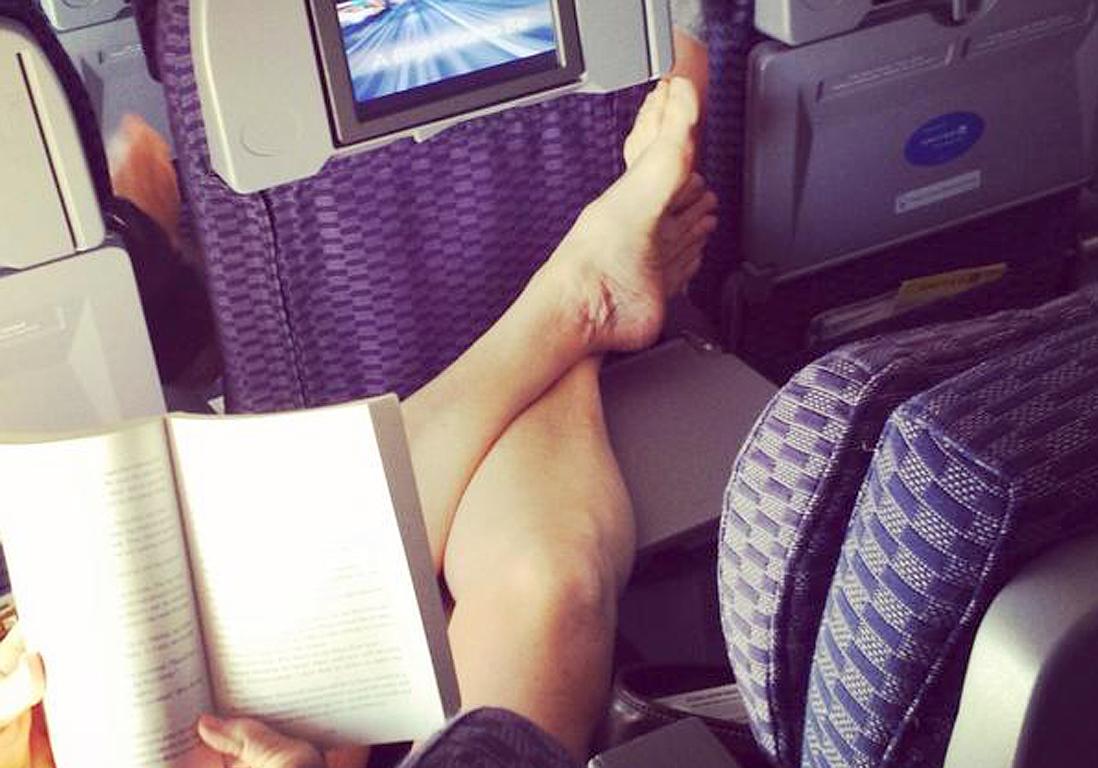 Une hotesse branle un voyageur dans l'avion partie 1 sur